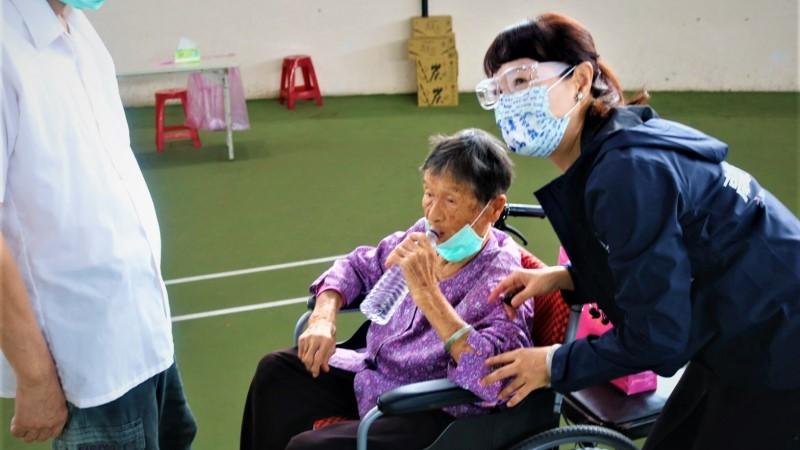 指揮中心持續監測疫苗接種後不良事件 並提醒高齡年長者接種疫苗之注意事項
