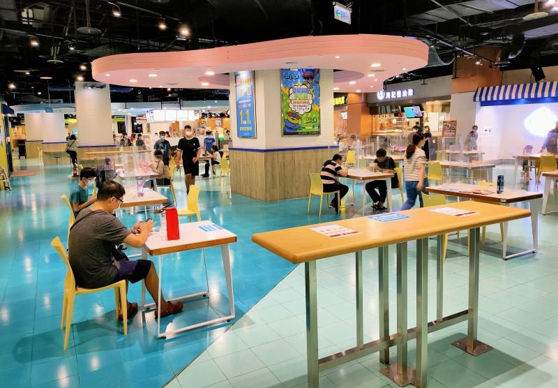高雄市政府加強百貨賣場美食區之稽查與輔導 呼籲業者做好防疫措施 確保消費環境之安全
